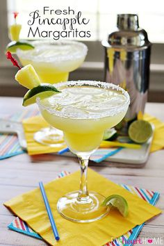 Fresh Pineapple Margaritas | Fruity and Yummy Alcoholic Drinks for Parties by Diy Ready http://diyready.com/diy-drink-recipes-cinco-de-mayo-ideas/