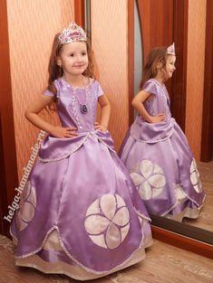 Платье Принцессы Софии из мультика «София Прекрасная» своими руками Princess Sofia Dress, Disney Princess Dresses, Disney Dresses, Cute Prom Dresses, Flower Girl Dresses, Baby Dolls For Kids, Costume, Children's Boutique, Child Doll