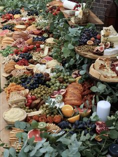 Wedding food trends - Grazing tables are the hottest wedding catering trend 2019 Antipasto, Wedding Reception Food, Wedding Catering, Decor Wedding, Wedding Table, Rustic Wedding, Wedding Foods, Cheese Table Wedding, Easy Wedding Food