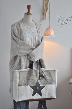 Ce sac à main se portera à la main ou sur l'avant bras. Réalisé à partir de tissu de sac postal, chanvre et lin anciens. Etoile en jean noir et...