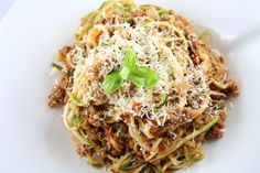 Ihr liebt Pasta, aber wollt lieber Low Carb essen? Dann müsst ihr unbedingt Nudeln aus Zucchini ausprobieren! Besonders lecker als Zoodles Bolognese.