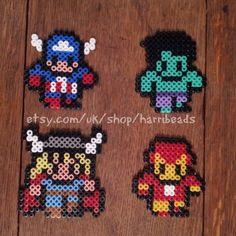 Satz von 4 Superhelden aus Hama-Perlen hergestellt.  Umfasst, Thor, Captain America, Hulk und Iron man.  Sehr süß und cool. Ideal für jeden Superheld