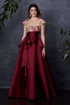 Getting Lost in a Shady Garden: Marchesa Notte Pre-Fall 2018 – Livemaster Vestidos Fashion, Fashion Dresses, Elegant Dresses, Pretty Dresses, Romantic Dresses, Gala Dresses, Formal Gowns, Beautiful Gowns, Ladies Dress Design