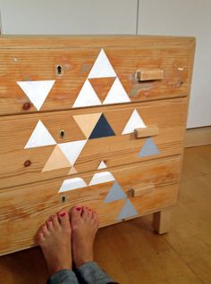Love this triangle-painted dresser (Hitta hem: D I Y | Uppdatera byrån)