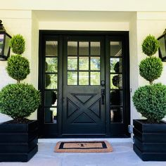 This amazing photo is unquestionably a formidable style procedure. Garage Door Design, Front Door Design, Front Door Decor, Garage Doors, Beautiful Front Doors, Black Front Doors, Front Garden Entrance, Front Porch, Cottage Door