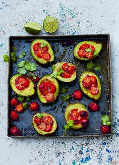Gebackene Tomaten-Sesam-Avocados von Deliciously Ella