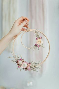 Beautiful Wall piece DIY from an embroidery hoop with dried flowers. Beautiful Wall piece DIY from an embroidery hoop with dried flowers. The post Beautiful Wall piece DIY from an embroidery hoop with dried flowers. appeared first on Diy Flowers. Embroidery Hoop Crafts, Simple Embroidery, Embroidery Art, Embroidery Designs, Wedding Embroidery, Wedding Wreaths, Wedding Decorations, Wedding Flowers, Flower Decorations