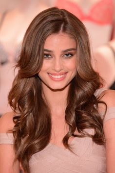 Taylor Hill Photos Photos - Victoria's Secret Angel Taylor Hill takes flight in Chicago for the Body by Victoria campaign on August 2015 in Chicago, Illinois. - Taylor Hill Kicks off the Body by Victoria Launch Tour Taylor Hill Hair, Taylor Marie Hill, Hair Inspo, Hair Inspiration, Beauty Secrets, Beauty Hacks, Tips Belleza, Shiny Hair, Brunette Hair