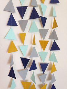 Decorar con formas geométricas: decorar con triángulos a través de accesorios informales, como guirnaldas de triángulos #decoracion #formasgeometricas #triangulos