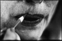 """Eve Arnold - Joan Crawford al trucco prima di una scena di """"Donne in cerca d'amore"""" di Jean Negulesco, Hollywood, 1959 10557163_775674345824781_4138180420128554426_n.jpg (736×496)"""