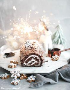 The best vegan yule log recipe Vegan Winter Desserts, Holiday Desserts, Holiday Recipes, Vegan Treats, Vegan Desserts, Vegan Foods, Christmas Treats, Christmas Baking, Christmas Pudding