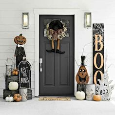 Halloween Front Porch Decor Ideas to Cast a Spooky Spell on the Trick-or-Tre. Halloween Front Porch Decor Ideas to Cast a Spooky Spell on the Trick-or-Treaters - Hike n Dip Spooky Halloween, Porche Halloween, Halloween Veranda, Table Halloween, Homemade Halloween Decorations, Farmhouse Halloween, Halloween Home Decor, Outdoor Halloween, Happy Halloween
