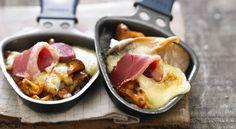 Raclette forestière Le retour du froid marque le temps des raclettes et autres plats savoyards. Savez-vous que le fromage à raclette s'associe à merveille avec les champignons ? Et puis, pour changer du traditionnel combo jambon cru/mortadelle, prévoyez des tranches de magrets de canards fumé et une saucisse de Montbéliard pour une raclette party de luxe !