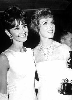 Audrey Hepburn con Julie Andrews después de recibir el premio Oscar a mejor actriz por Mary Poppins
