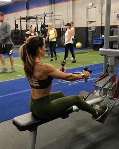 "11.5 mil curtidas, 78 comentários - Alexia Clark (@alexia_clark) no Instagram: ""Row Circuit 1. Seated Cable Row: 12 reps 2. Seated resistance band row (L Arm, R, Together):…"""
