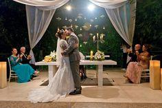 Beijo dos noivos no altar
