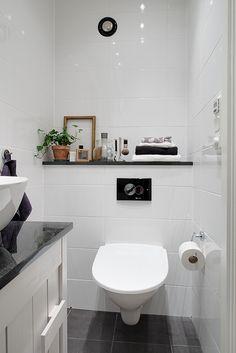 Skivor av granit, golvvärme & vägghängd toalett
