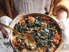 Hartige broodpudding met spinazie - Libelle Lekker Nee, broodpudding hoeft niet altijd zoet te zijn. Deze hartige variant serveer je warm of lauw. Paella, Foodies, Brunch, Ethnic Recipes