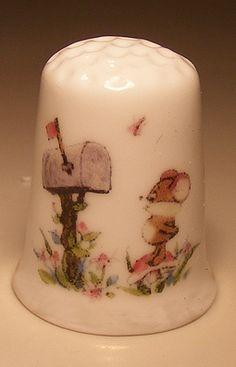 Mouse watching letterbox on a porcelain thimble - Speelgoedenverzamelshop.nl
