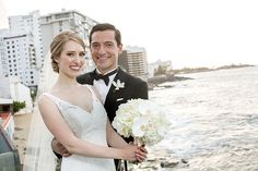 O casamento de Alexandra e Steven aconteceu em Porto Rico, com uma cerimônia de tirar o fôlego, organizada pela Wedding Planner @rosalinatorres1 premiada pelo Belief Awards.   Lindo demais!