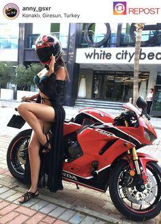 Girls on bike (motorcycle) girls biker - Bikes&girls - Motorrad Womens Motorcycle Helmets, Scooter Motorcycle, Motorbike Girl, Moto Bike, Motorcycle Girls, Enfield Motorcycle, Lady Biker, Biker Girl, Mädchen In Bikinis