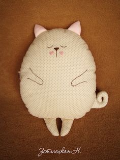 Cats Toys Ideas - Coussin chat endormi - Ideal toys for small cats Sewing Toys, Sewing Crafts, Sewing Projects, Fabric Toys, Fabric Crafts, Fabric Art, Diy Pillows, Custom Pillows, Ideal Toys