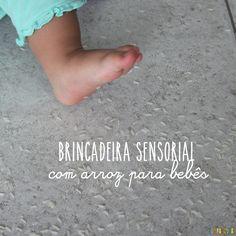 Brincadeira sensorial com arroz para bebês, estimulando os sentidos das crianças.