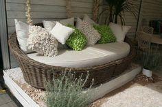 Rattanowe łóżko kanapa do przydomowego patio