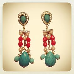 Aros Valentín  #earrings #mode #fashion #accesories #accessories #jewelry #look #fashionaccessories #luxjewelry #shine #strass #turquoise #gold #style Turquoise Necklace, Look, Earrings, Jewelry, Fashion, Necklaces, Bracelet, Key Fobs, Rhinestones