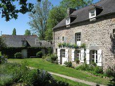 A vendre belle propriété du 19ème siècle à Dinan avec maison en pierres et terrain de 8000 m2 sur les bord de la Rance en Bretagne Nord
