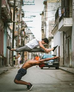 15 Majestic Photos Of Ballet Dancers Practicing On The Streets Of Cuba.