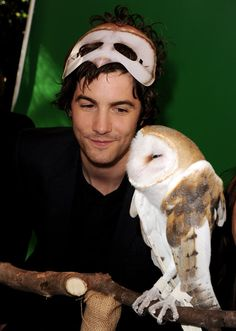 Jim in Premiere Legend Guardians Owls.so cute ! Holly Would, Jim Sturgess, Beatles Songs, Liam Gallagher, Across The Universe, British Boys, Beautiful Boys, Beautiful People, Animals
