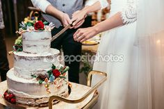 Panna młoda i pan młody nacięcie rustykalny tort weselny na wesele bankiet z — Obraz stockowy #97753744