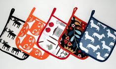 """Att sy egna grytlappar är både roligt och blir en fin present att ge bort. Karin Almström från """"Hemmafixarna"""" visar hur du går tillväga. Table Accessories, Sewing Accessories, Diy Projects To Try, Sewing Projects, Sewing School, Textiles, Mug Rugs, Make And Sell, Pot Holders"""