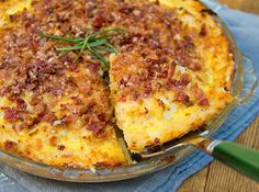Cauliflower Gruyere Pie with Potato Crust and Bacon-Parmigiana Crumb Topping. Enjoy this amazing gluten-free pie for lunch, brunch, dinner, entertaining | Panning The Globe