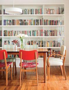 Livros não têm de ficar escondidos. Logo, a arquiteta Mariana Viegas criou a estante com portas de vidro para a sala de jantar. Além de expor, a peça protege os exemplares da poeira