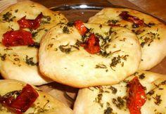 Lapos kenyér aszalt parival és fokhagymával recept képpel. Hozzávalók és az elkészítés részletes leírása. A lapos kenyér aszalt parival és fokhagymával elkészítési ideje: 40 perc