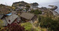 A vila de pescadores da ilha Aoshima, na província de Ehime, no sul do Japão.  Fotografia: Thomas Peter/Reuters.