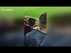 Video : Salah memberikan Hadiah kepada penggemar kecilnya - Berita Terkini, Berita Bola, Prediksi Sepak Bola