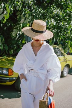 Trends 40 Stylish Straw Hat Looks for Summer You Should Copy Old T Shirts, White Shirts, Outfits With Hats, White Outfits, Paperbag Waist Trousers, White Trousers, Peg Trousers, Classic White Shirt, White Button Down Shirt
