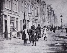 Lindengracht, met rechts ingang van de Gijzelaarsgang, naast de snoepwinkel de Houtekanisgang. Foto van G H Breitner