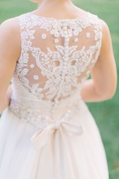 Tendance Robe du mariage 2017/2018  Lace back sleeveless wedding dress: www.stylemepretty Photography: Mike Cassi