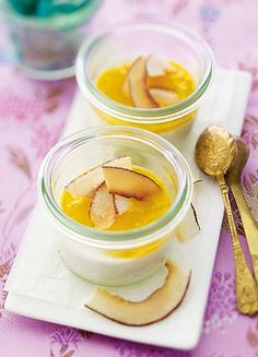 Kokos-Panna-Cotta mit Mangopüree