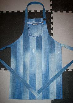 Detta förkläde är sytt av två olika par jeans och jag har lagt bitarna varannan för att få en lite rolig effekt. Sonen fick det i julklapp...