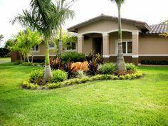 Jardines de Casas con Palmeras. El decorar nuestro jardín con palmeras es una de las más grandes opciones que podemos escoger, sus grandes hojas son muy atractivas a la vista y hacen que