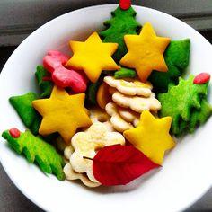 Tyle się ostało...Muszę jutro dopiec ciastek jakichś.Dziś odpoczywam po pracy z książką.Jutro zabieram się do prawdziwej pracy...#resztki #ciasteczka #kolory #colors #cockies #christmas
