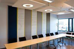 Solo™ Square von Ecophon Idee: Akustikpanel in verschiedener Höhe montieren, damit die Leuchten die Panels beleuchten und damit Spannung erzeugen