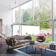 Dieses Moderne Wohnzimmer Mit Großer Fensterfront Ist Eine Wahre  Kunstsammlung. Der Wohnbereich Lädt Mit Einem