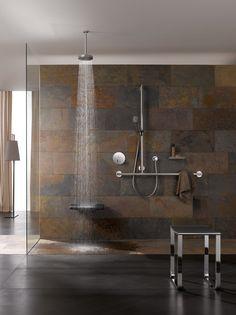 Ist es Stein oder Rost? Dieser kräftige Fliesen-Look wirkt auf eine ganz eigene Art im Industrial-Stil. Ein starkes Bad mit Ausdruck.  Solche und weitere Anregungen auf www.wohn-dir-was.de  Bildmaterial (c) KEUCO