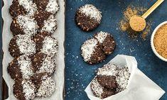Ciasteczka z dodatkiem płatków owsianych i masła orzechowego naładują Cię energią! Dodatek cukru kokosowego nadaje ciastkom wyjątkowego smaku i zapachu. Koniecznie spróbuj! Cookies, Chocolate, Food, Crack Crackers, Biscuits, Essen, Chocolates, Meals, Cookie Recipes